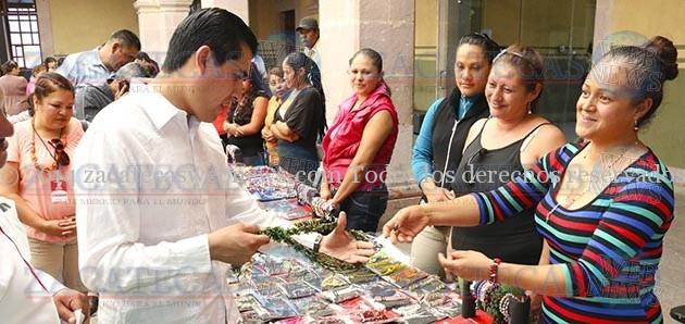 Al clausurar los talleres de bisutería ofrecidos en nueve centros sociales de la ciudad, el Alcalde Carlos Peña reconoció el esfuerzo, la lucha y las ganas