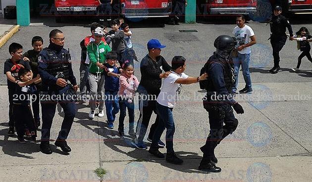 NIÑOS Y NIÑAS INTERACTUANDO CON PROTECCIÓN CIVIL